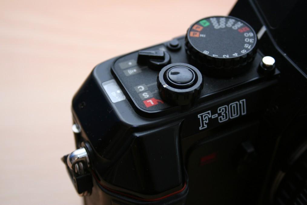 Nahaufnahme der Bedienelemente einer Nikon F-301