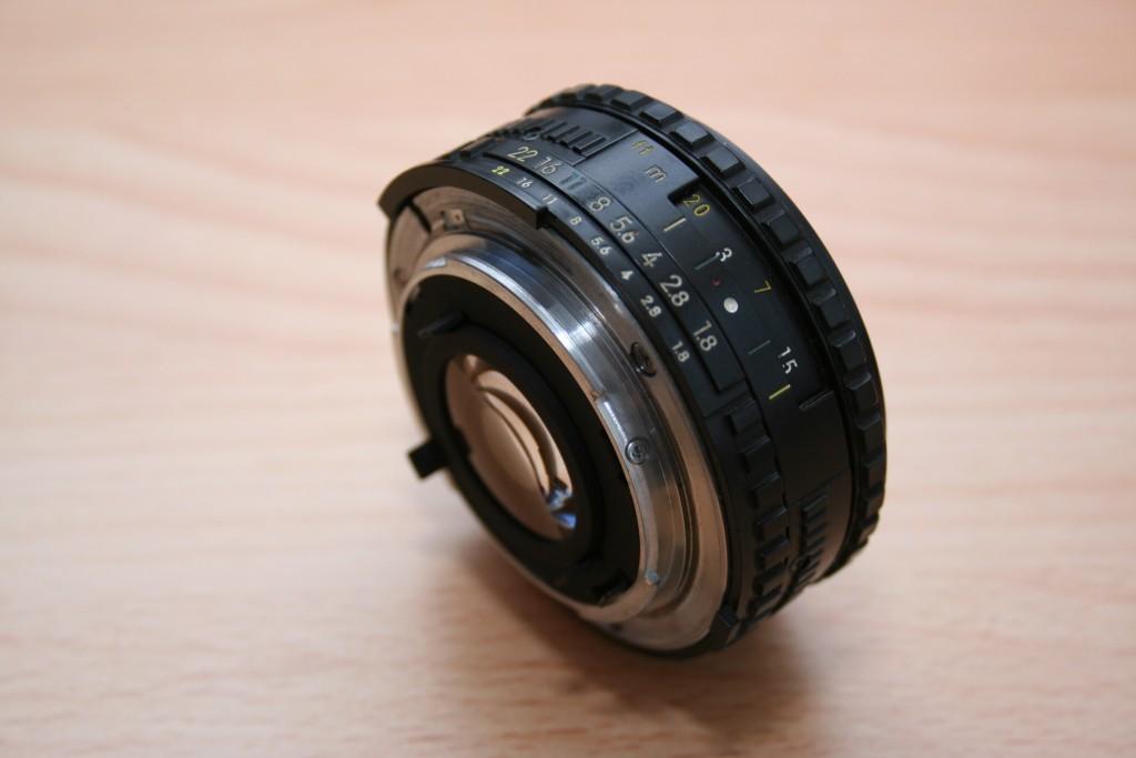 Nikon-Objektiv mit sichtbarem Anschluss.