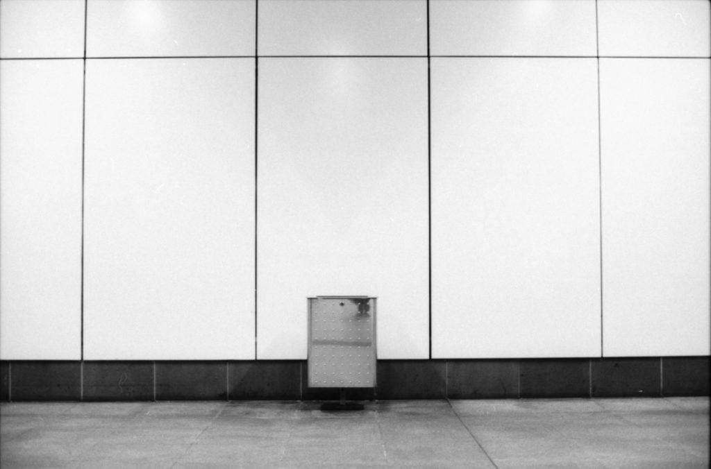 Mülleimer in einer Ecke des Hauptbahnhofes, nahe U55.
