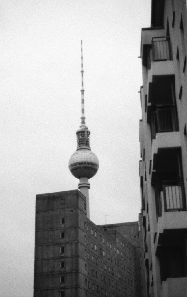 Berliner Häuserblöcke mit Blick auf den Fernsehturm
