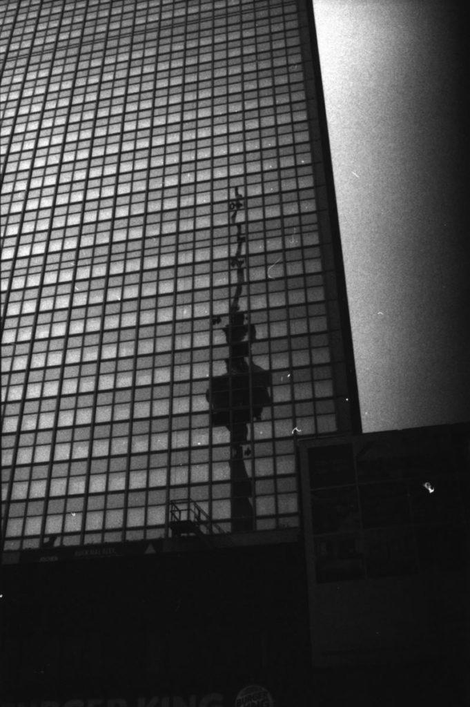 Spiegelung des Fernsehturms im Park Inn Hotel