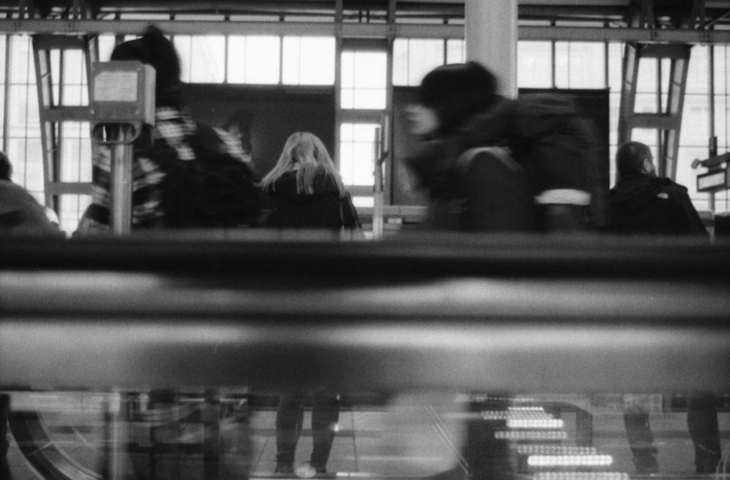 Wartende Frau am Fernzuggleis im Bahnhof Alexanderplatz