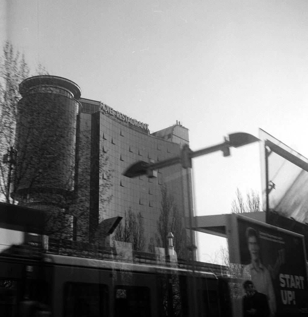 Hotelblick aus der S-Bahn, Yashica Mat 124G auf TriX 400