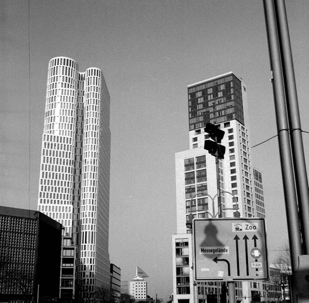 """Blick auf die """"Skyline"""" der City West, Yashica Mat 124G auf TriX 400"""