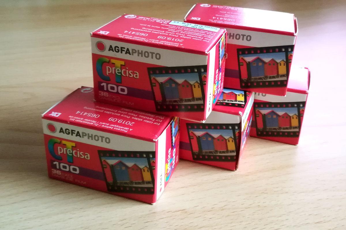 Agfa Precisa CT 100 Filmpackungen als Pyramide gestapelt.