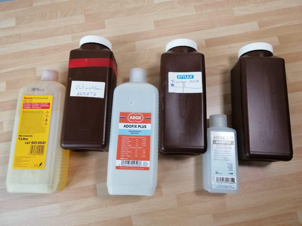 Drei braune Laborflaschen, Fotochemie
