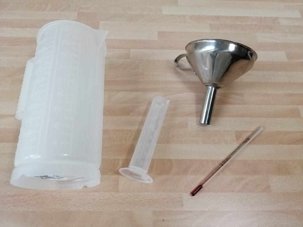 Messzylinder, Trichter und Thermometer