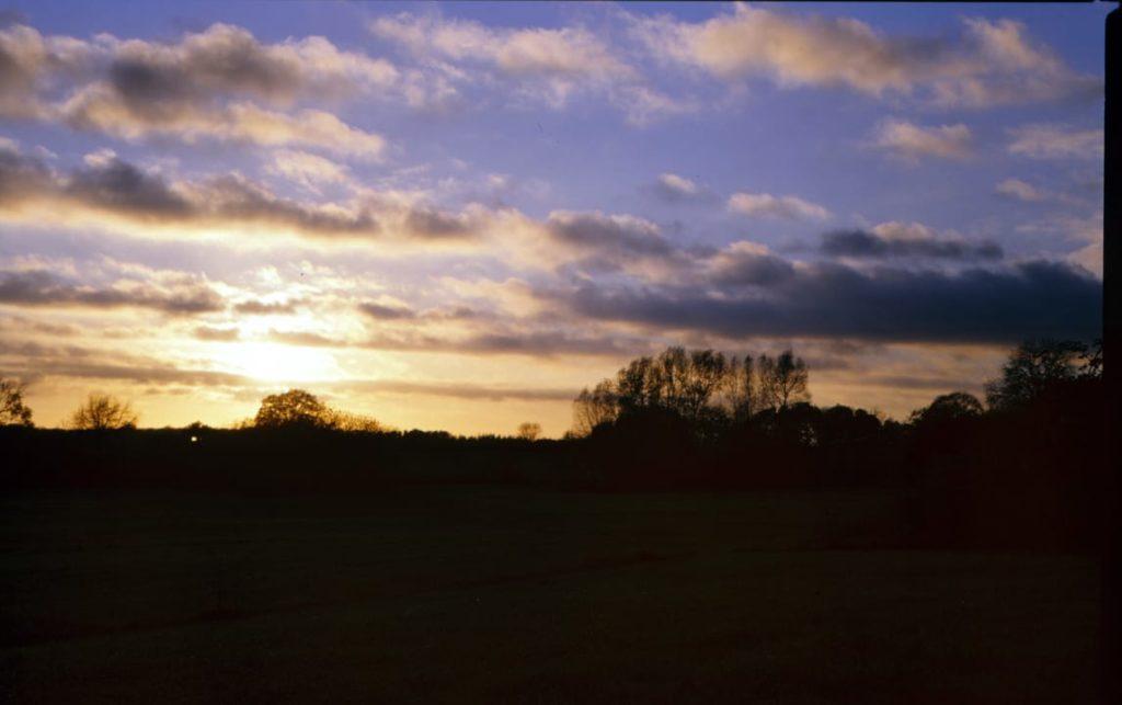 Sonnenaufgang vor Wiese Skyline - Kodak E100 120 Rollfilm analoge Fotografie
