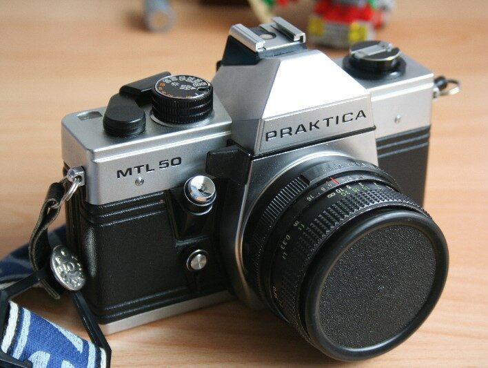 Analoge Kamera Praktica MTL 50 Frontansicht schräg