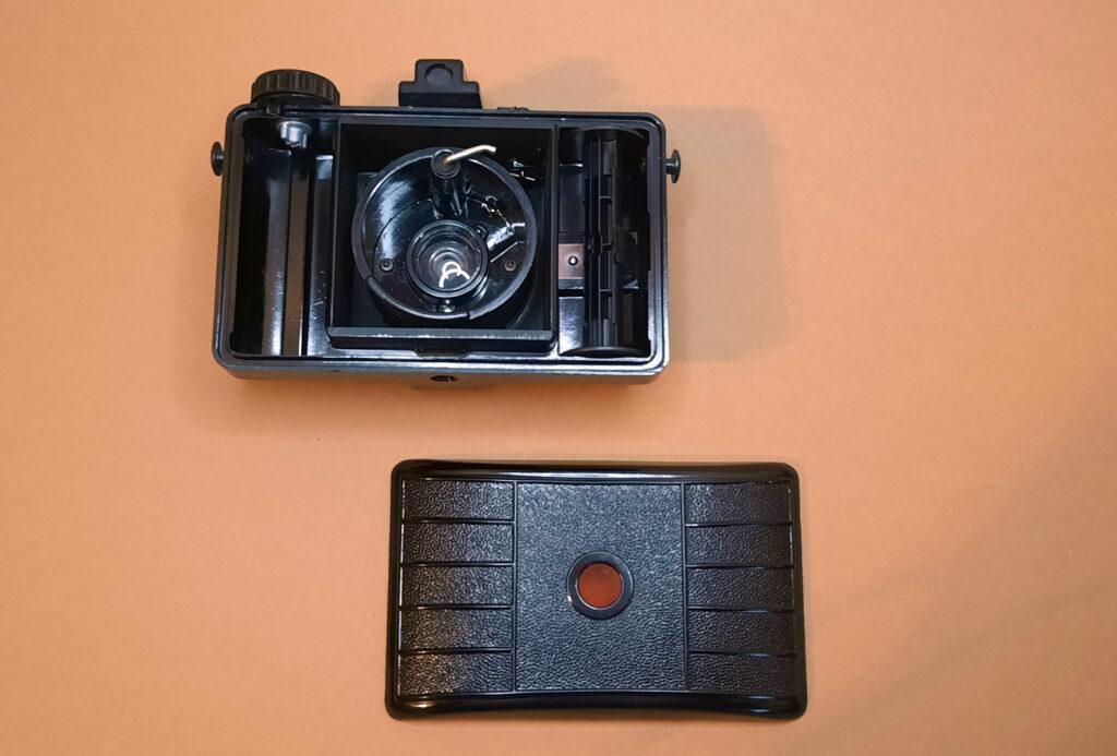 Pouva Start analoge Mittelformatkamera mit geöffneter Rückwand.